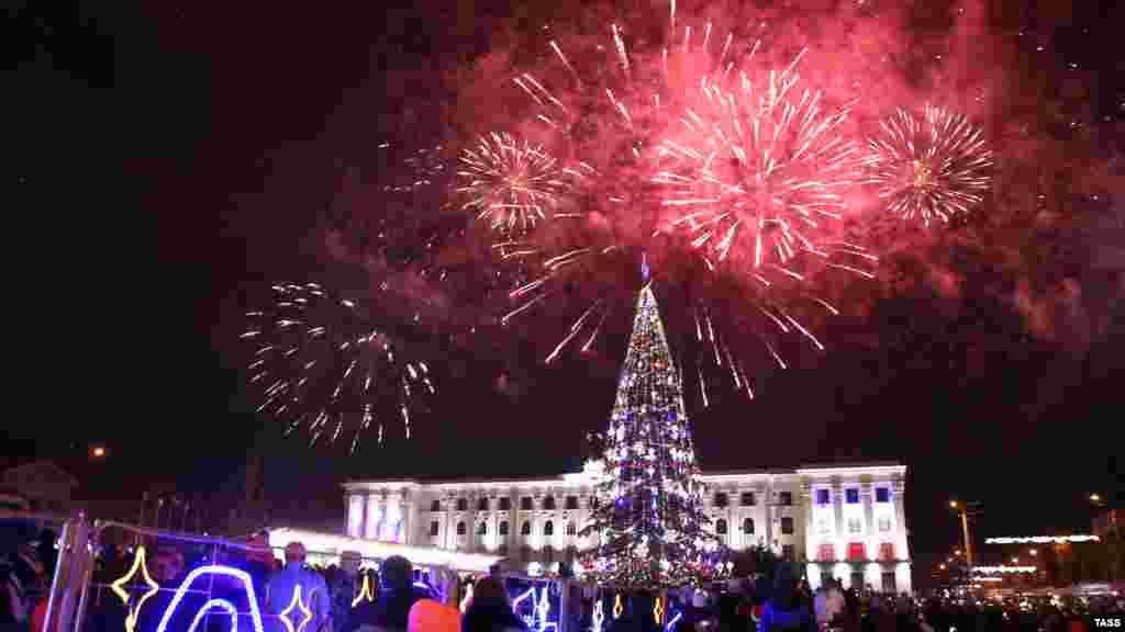 Анексований Росією Крим зустрів Новий 2020 рік на годину раніше, ніж материкова Україна. У Сімферополі містяни вийшли до головної ялинки півострова – на площу Леніна, щоб відзначити свято