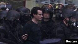 Полиция өкілдері оппозициялық саясаткер әрі Косово парламентінің мүшесі Албин Куртиді ұстап жатыр. Приштина, 28 қараша 2015 жыл.