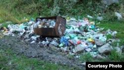 Свалка мусора на территории Иле-Алатауского национального парка у небольшой речки Казачки. Окрестности Алматы, лето 2013 года.