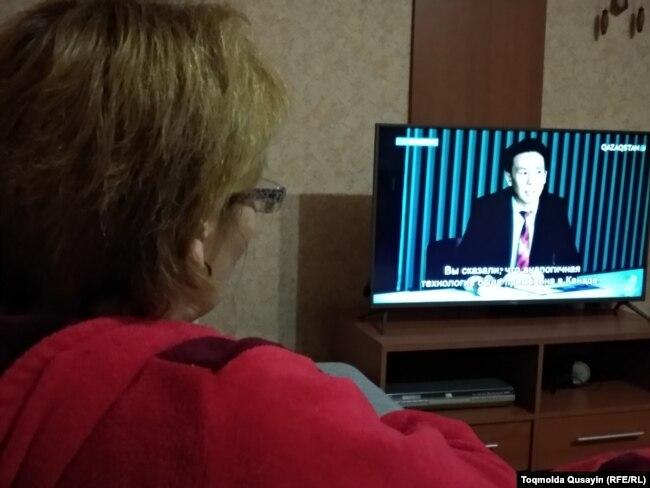 Зрительница у экрана телевизора за просмотром передачи телеканала «Казахстан». Алматинская область, 10 января 2018 года.