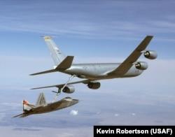 KC-135 заправляет в воздухе самолет F-22 Raptore