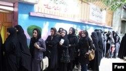Іранські жінки у черзі на виборчу дільницю, Тегеран, 11 червня 2009 р.