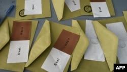 """Бюллетени со словами """"да"""" и """"нет"""", при помощи которых граждане голосуют на референдуме в Турции."""