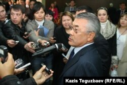 Сарыбай Қалмырзаев журналистерге денсаулығы туралы мәлімдеме жасап тұр. Алматы, 12 қазан 2010 жыл.