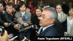 Управляющий делами президента Казахстана Сарыбай Калмурзаев отвечает на вопросы журналистов. Алматы, 12 октября 2010 года.
