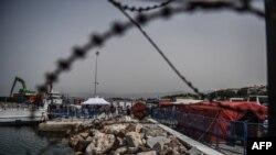 Турецкие власти регистрируют группу депортированных из Греции мигрантов (Измир, 8 апреля 2016 года)