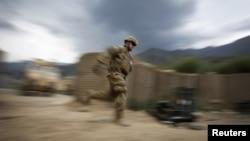 Жүгіріп бара жатқан АҚШ сарбазы. Ауғанстан, 7 маусым 2012 ж. Көрнекі сурет.