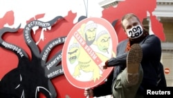 Участник акции протеста русского националистического движения выступает за введение визового режима со странами Центральной Азии. Москва, 14 апреля 2013 года.