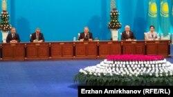 Қазақстан президенті Нұрсұлтан Назарбаев (ортада) халыққа жылдық жолдауын жариялап отыр. Астана, 30 қараша 2015 жыл.