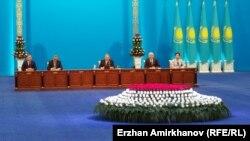 Президент Казахстана Нурсултан Назарбаев зачитывает ежегодное послание народу Казахстана. Астана, 30 ноября 2015 года.