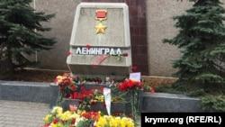 Возложение цветов в Севастополе у памятного знака «Ленинград», 4 апреля 2017 год