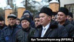 Іслям Веліляєв (на передньому плані) і активісти після засідання суду, на якому Едема Бекірова залишили під вартою. Сімферополь, 11 січня 2019 року