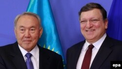 Президент Казахстана Нурсултан Назарбаев (слева) и экс-председатель Европейской комиссии Жозе Мануэль Баррозу.