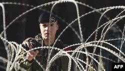 Vojnik KFOR-a patrolira u blizini mosta u Kosovskoj Mitrovici 14. novembra 2007. godine.