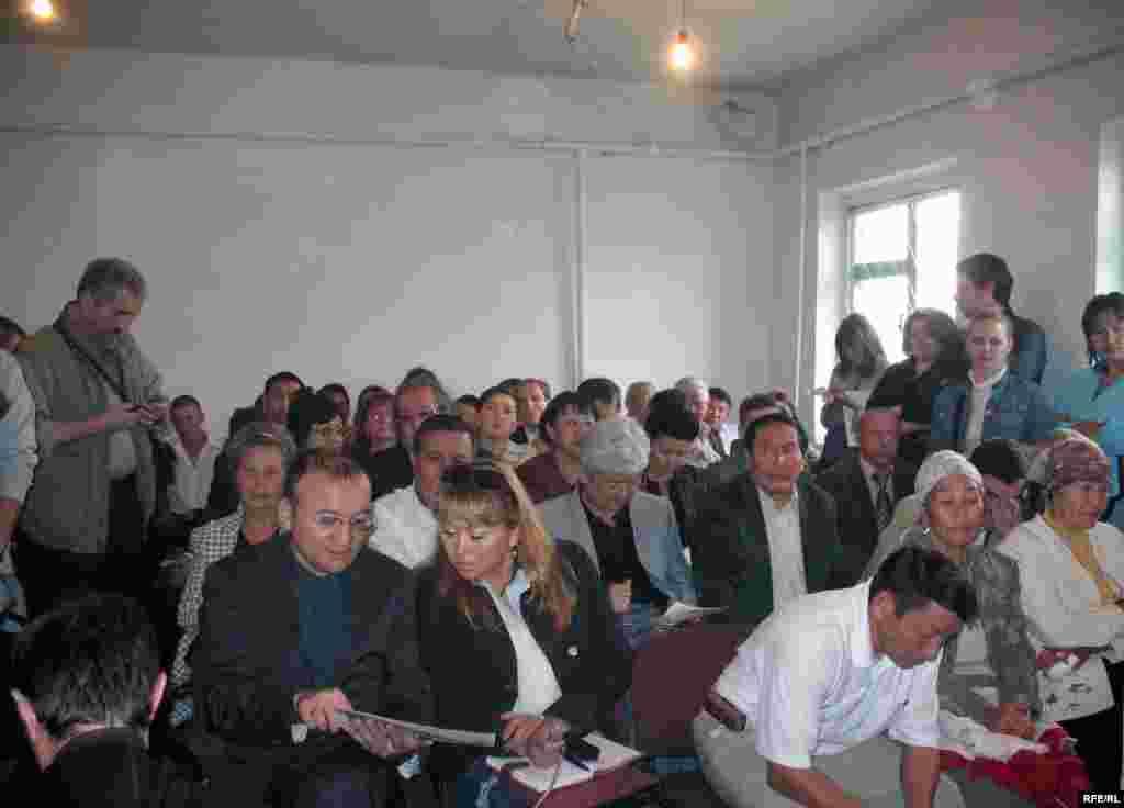 В зале Балхашского районного суда. Поселок Баканас Алматинской области, 2 сентября 2009 года. - Дипломаты, журналисты, представители политических партий, движений и правозащитных организаций наблюдают за процессом по делу Евгения Жовтиса.
