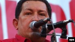 Venezuela -- President Hugo Chaves shows a U.S. $1 bill in Caracas, 23Jan2005