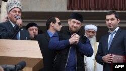 Глава Чечни Рамзан Кадыров (в центре) на открытии мечети в Шали