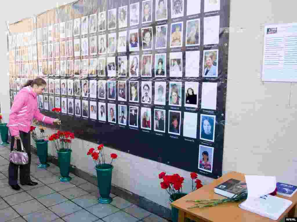 С утра к памятнику жертвам терроризма близкие погибших и простые москвичи несут цветы, зажигают свечи.