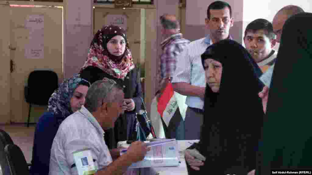Women vote in provincial elections in Kut.