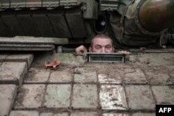 Soldat ucrainean în apropiere de Piski, regiunea Doneţk, 16 februarie 2015