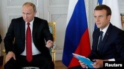 Емманюель Макрон (п) і Володимир Путін на переговорах у Версалі під Парижем, Франція, 29 травня 2017 року