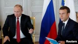 Путин жана Макрон сүйлөшүүлөрдүн башталышында. 29-май, 2017-жыл.