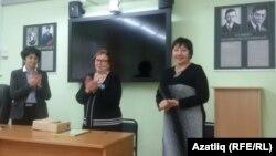 Сулдан: мәгариф департаменты вәкиле Марина Смирницкая, мәктәпнең элекке мөдире Лемма Гирфанова, яңа мөдире Роза Хәбибуллина