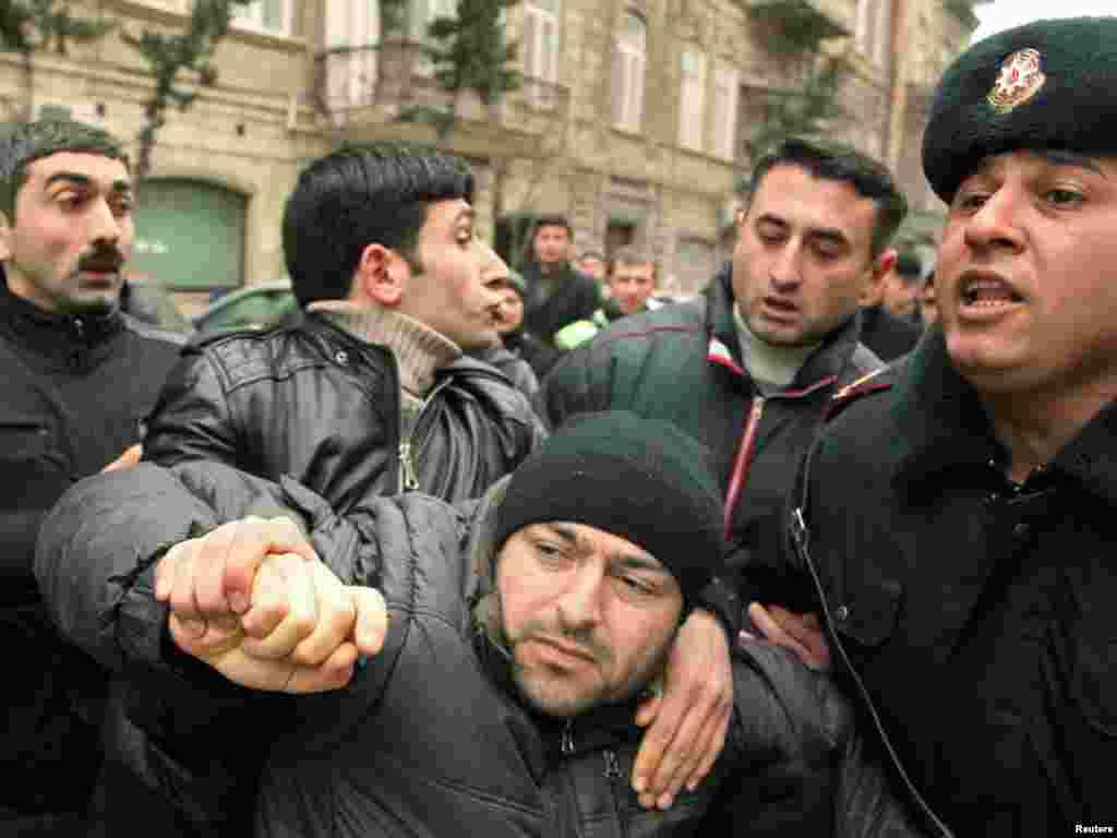 Сили безпеки збільшили свою присутність біля головного університету Баку та біля станцій метро перед сьогоднішніми протестами.