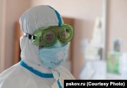 Михаил Ведерников во время визита в больницу