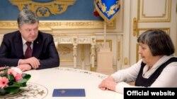 Президент Украины Петр Порошенко (слева) и Мария Савченко, мать украинской военнослужащей Надежды Савченко. Киев, 4 марта 2016 года.