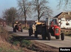 1997 рік, Вуковар: за день до місцевих виборів серби вивозять тракторами свої речі, залишаючі Східну Славонію. Чимало мешканців непідконтрольних територій боялись репресій після реінтеграції регіону назад до складу Хорватії