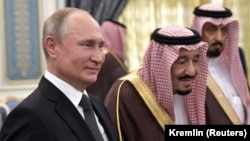 Russian President Vladimir Putin (left) and Saudi Arabia's King Salman attend the official welcome ceremony in Riyadh on October 14.