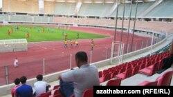 Futbol oýunlaryna az sanly tomaşaçylar gelýär