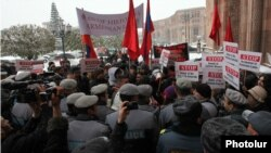 Armenia -- Youth protests against the Turkish Foreign Minister Ahmet Davutoglu's visit to Yerevan, 12 Dec, 2013