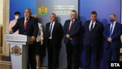 """Управляващата коалиция ГЕРБ и """"Обединени патриоти"""" отказа да подаде оставка с мотивите, че нямат алтернатива, че държавата може да бъде """"счупена"""", както и заради """"опасност"""" от служебно правителство на президента Румен Радев"""