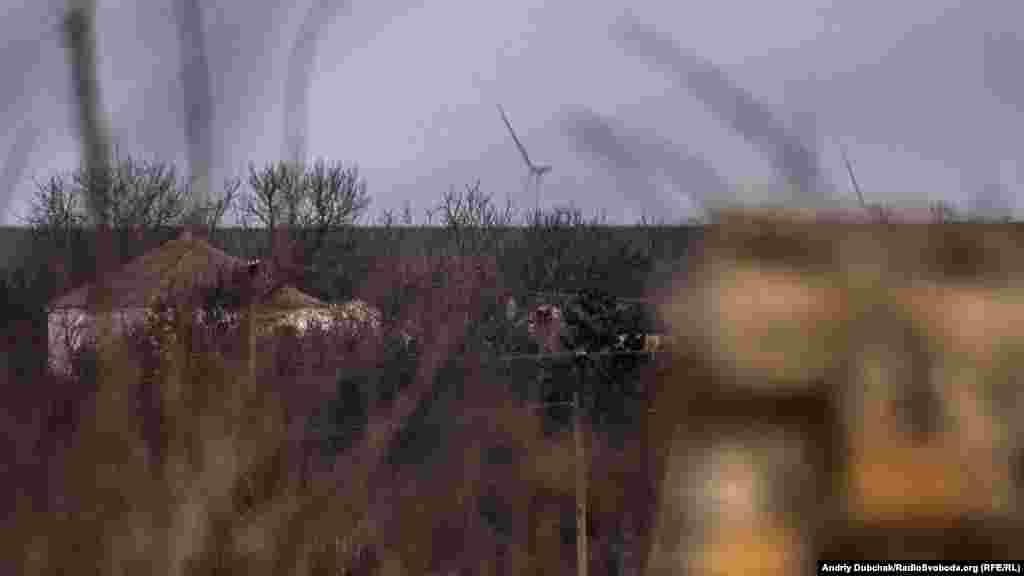 Вітряки на горизонті – то вже «глибокий тил» території, яку контролює угруповання «ДНР». Звідти по селу і позиціях українських військових може бити ворожа артилерія