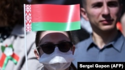 Люди на параде победы в Минске