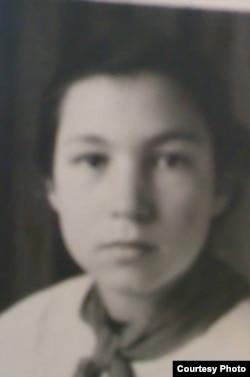 Бейє Ільясова, учениця Джизацької школи, початок 1950-х років