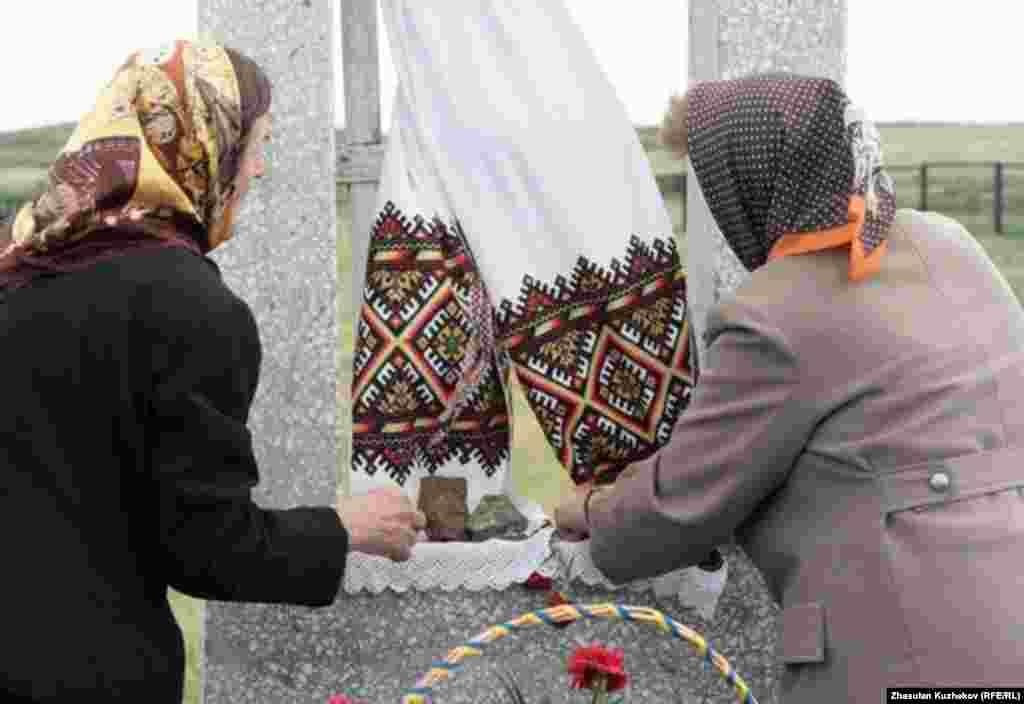 Женщины перед памятником погибшим украинцам на Спасском кладбище. Карагандинская область, 31 мая 2011 года. - Женщины перед памятником погибшим украинцам на Спасском кладбище. Карагандинская область, 31 мая 2011 года.