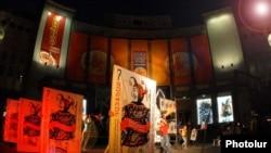 «Հայֆեստ» 7-րդ միջազգային թատերական փառատոնի բացումը Շառլ Ազնավուրի հրապարակում: 1-ը հոկտեմբերի, 2009թ.