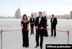 Президент Азербайджана Ильхам Алиев и его супруга Мехрибан Алиева на открытии Центра Гейдара Алиева. Баку, 11 мая 2012 года.