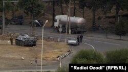 Тажикстан. Душанбеге кирчү жолду кайтарган тажик милициясы. 9-октябрь, 2014-жыл.
