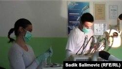 Arifana Pašalić na poslu u zubnoj ordinaciji