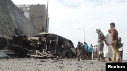 Аденде шабуыл жасалған жерде тұрған адамдар. Йемен, 6 желтоқсан 2015 жыл.