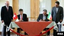 مراسم امضای سند تاسیس دفتر حفاظت منافع ایران در ریاض.