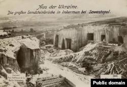Стара німецька фотографія, на якій зображені пісковики в районі передмістя Севастополя Інкермані. Переклад напису з німецької: «Із України. Великі піщані кар'єри в Інкермані, Севастополь»