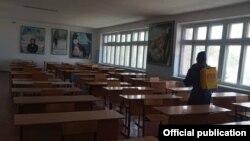 Санобработка класса в одной из школ в Кыргызстане. Иллюстративное фото.