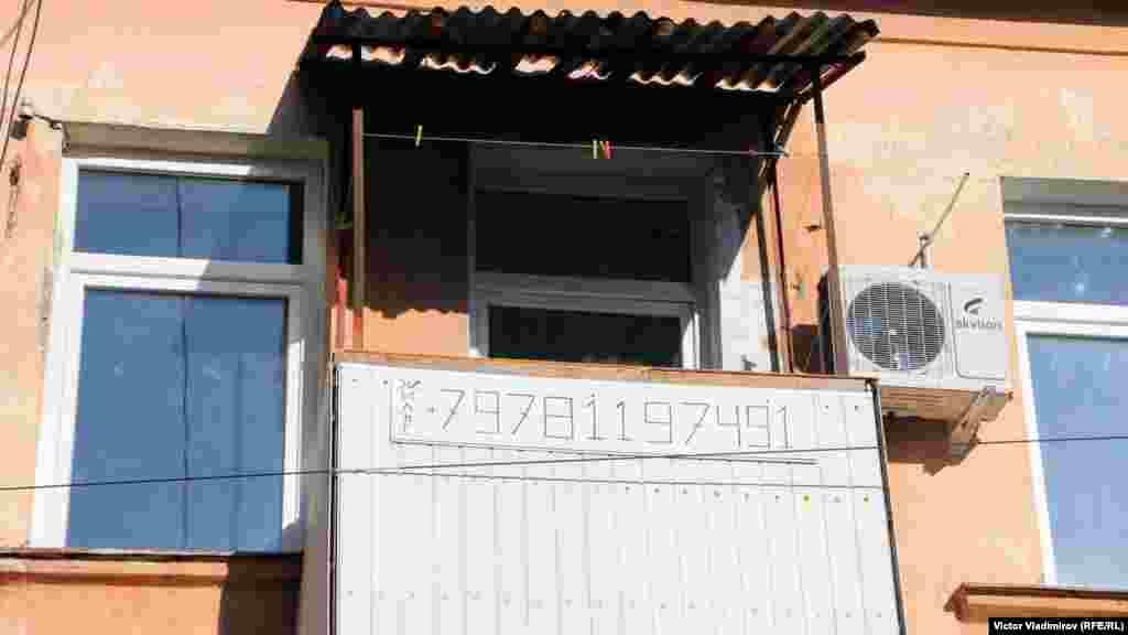 Крымский сервис во всей красе. К слову, цены на подобное жилье в зимне-весенний период варьируются от 15 до 20 тысяч рублей в месяц. Уже с мая комнаты и квартиры будут сдаваться посуточно