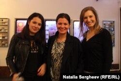 """Cristiana Nicu (stânga) alături de prietenele sale după vizionarea filmului """"Toto și surorile lui"""""""