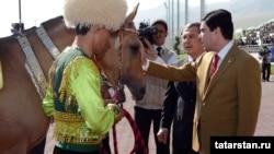 Türkmenistanyň prezidenti Gurbanguly Berdimuhamedow we Tatarystanyň prezidenti Rustam Minnihanow atçylyk toplumynda, 29-njy aprel